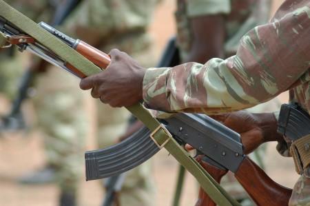 Soldado do Benin manuseia fuzil chinês. Foto: U.S. Marine Corps photo
